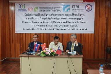 Deputy Director General of DOSMEP Dr. Keomorakoth Sidlakone (left), Director General of IREP Mr. Thongkhanh Phimvilay (middle) and Taiwan delegation representative Principal Engineer Mr. Tom Wu of ITRI (right) jointly opens the Green Energy Technical Training Course.