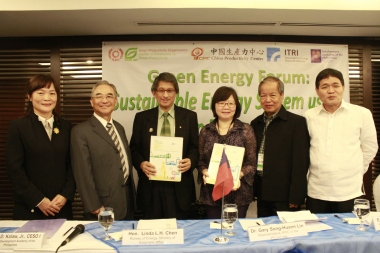 OIC Director of the Energy Utilization and Management Bureau Mr. Jesus Anunciacion (1st R), Secretary General of the Bureau of Energy of ROC Ms. Linda Chen (3rd R) and ROC Representative to the Philippines Dr. Gary Song-Huann Lin (2nd L) witness the MOU signing between the Taiwan delegation and DAP in Manila on Nov. 10th, 2014.